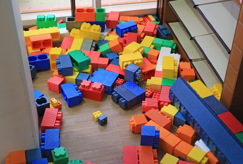 Stapel von den bunten großen Blöcken, die Spielwarenschaum errichten Ausbildungsvorschulinnenspielplatz lizenzfreies stockbild