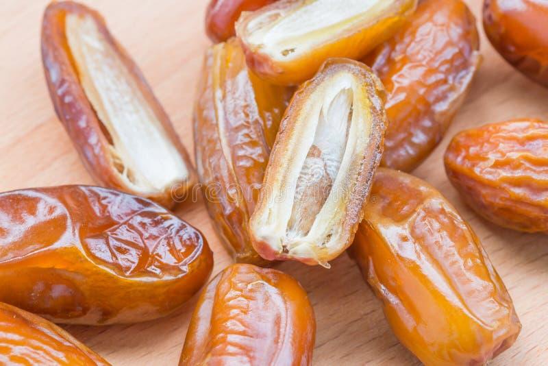 Stapel von den Früchten der getrockneten Dattel lokalisiert auf weißem Hintergrund lizenzfreies stockfoto