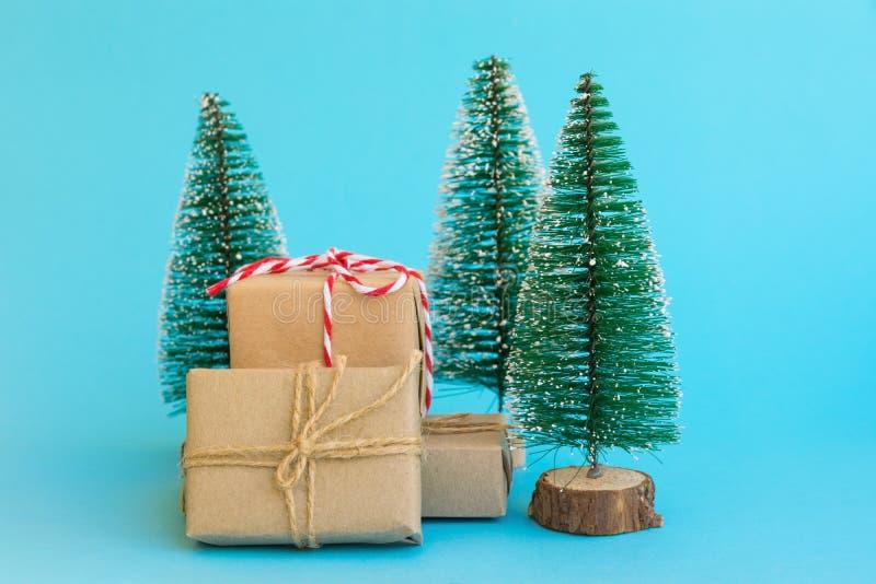 Stapel von den Geschenkboxen eingewickelt im Kraftpapier gebunden mit roten weißen Weihnachtsbäumen Band der Schnur auf tadellose lizenzfreies stockfoto