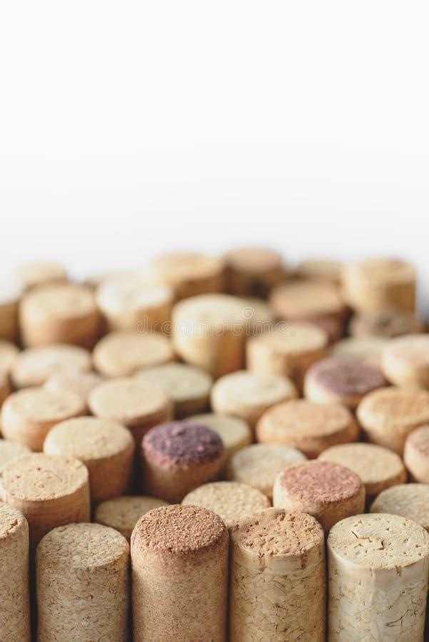 Stapel von den sortierten benutzten Weinkorken lokalisiert auf weißem Hintergrund Weicher Fokus stockbild
