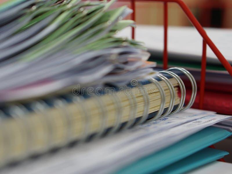 Stapel von Dokumenten und von Notizbuch im Büro lizenzfreie stockbilder