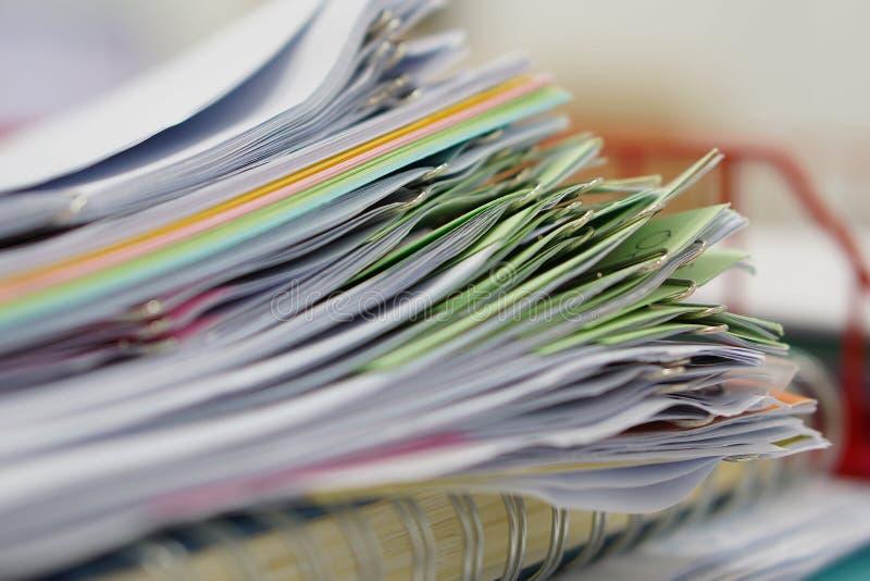 Stapel von Dokumenten und von Notizbuch im roten Korb stockfotos