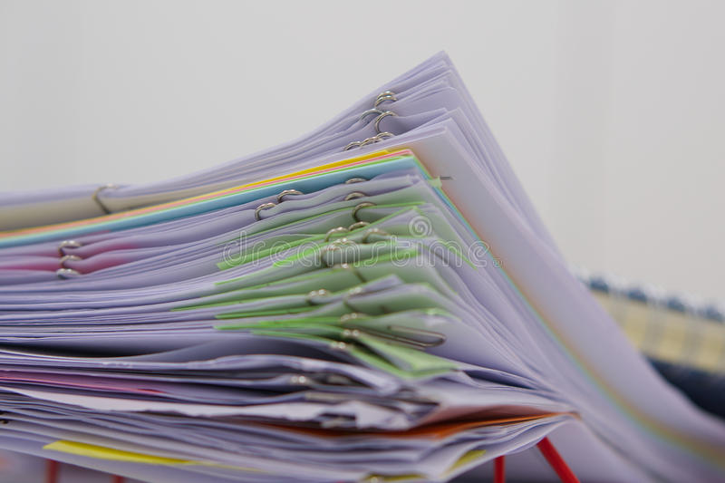 Stapel von Dokumenten und von Unschärfenotizbuch im Korb lizenzfreies stockfoto