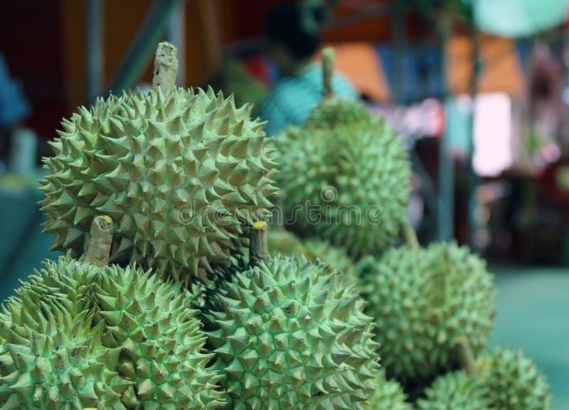 Stapel von Durian, eine ovale stachelige tropische Frucht, die eine sahnige Masse enthält lizenzfreie stockfotografie