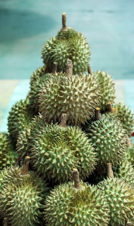Stapel von Durian, eine ovale stachelige tropische Frucht, die eine sahnige Masse enthält stockfotos