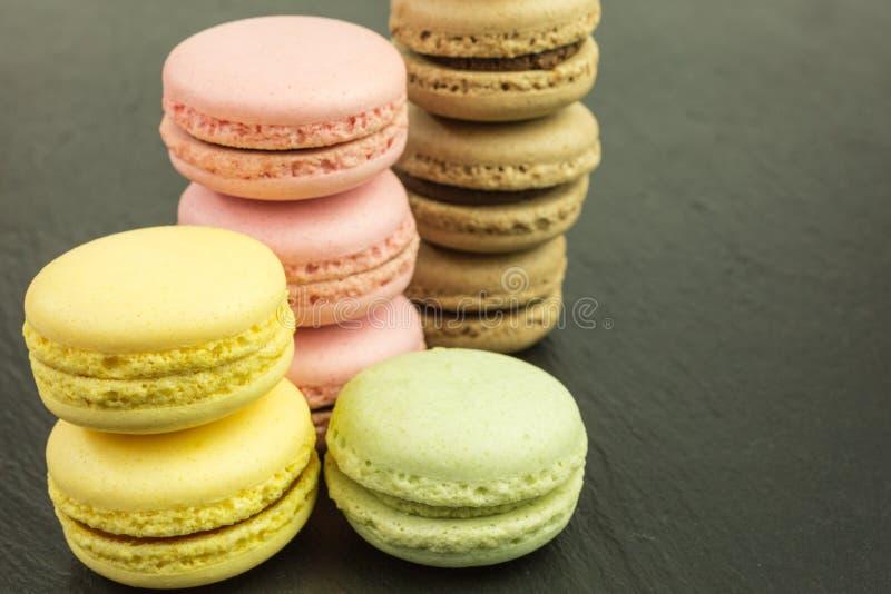 Stapel von französischen macarons in den Pastellfarben lizenzfreie stockbilder