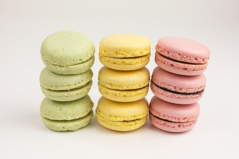 Stapel von französischen macarons in den Pastellfarben stockbild