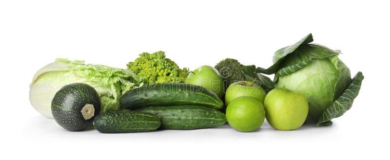 Stapel von frischen grünen Obst und Gemüse von an lokalisiert stockfotos