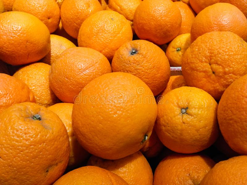 Stapel von frischen Orangen für Verkauf stockfotos