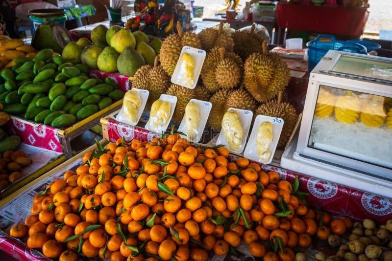 Stapel von frischen, tropischen und bunten Fr?chten auf thail?ndischem freiem Markt lizenzfreies stockfoto