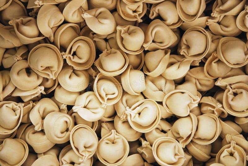 Stapel von gefrorenen Mehlklößen oder ravioly, Nahrungsmittelhintergrund stockbilder