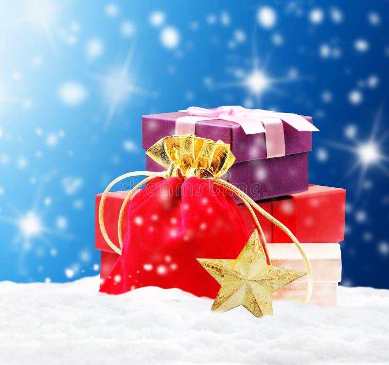 Stapel von Geschenken auf Schnee vektor abbildung