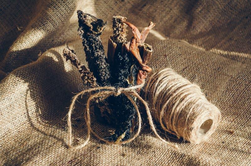 Stapel von gestrickten Rindfleischdreiergruppenstöcken Ist in der Nähe eine Spule der groben Schnur, zu binden Festlichkeiten f?r stockfoto