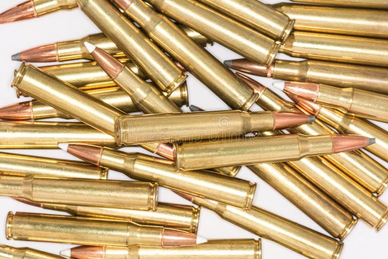 Stapel von Gewehrkugeln auf weißem Hintergrund stockbild