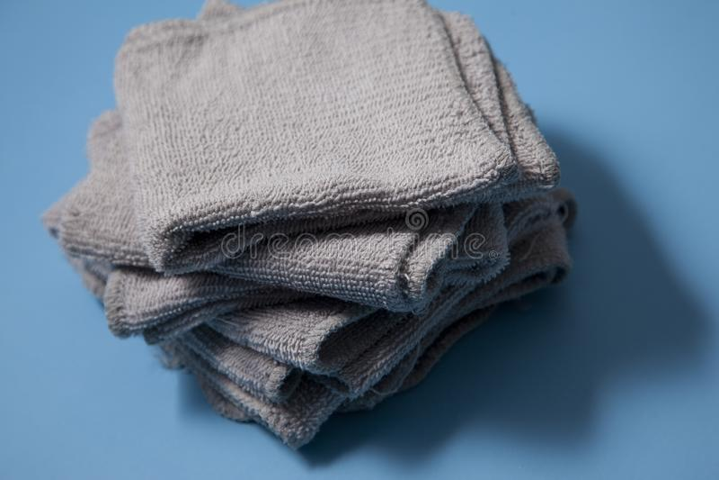 Stapel von grauen Waschlappen stockfoto