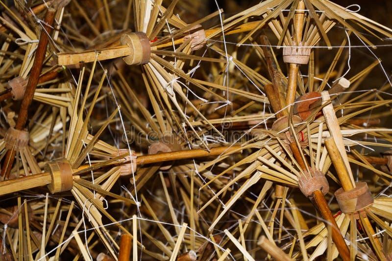 Stapel von hölzernen Bambusrahmen für Papierregenschirme in Chiang Mai, Thailand stockfotografie