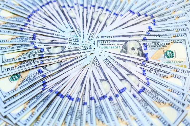 Stapel von hundert Dollar merkt Fans im Kreismuster, neues Design 100 des USD-Banknoten-Hintergrundes lizenzfreies stockbild