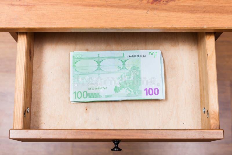 Stapel von hundert Eurobanknoten im offenen Fach stockfoto