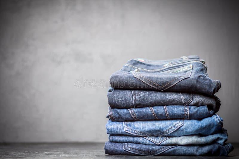 Stapel von Jeans stockfoto