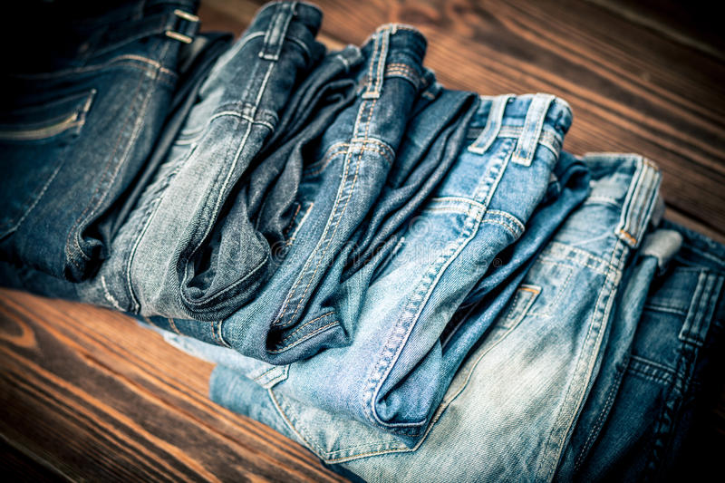 Stapel von Jeans lizenzfreie stockfotos