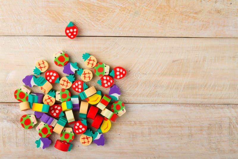 Stapel von kleinen Zahlen in Form von Früchten auf Holz lizenzfreie stockfotos