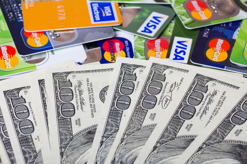 Stapel von Kreditkarten, von Visum und von MasterCard stockfotos