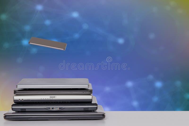 Stapel von Laptop-Computer und von Smartphone Ein Stapel von Computern und von Smartphone auf einer hellen Tabelle gegen abstrakt stockfotografie