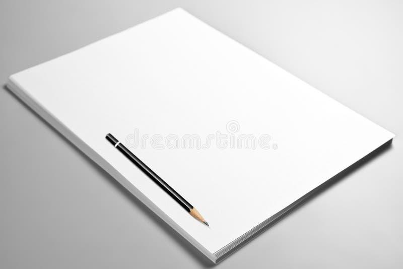 Stapel von leeren Blättern Papier mit gekräuselter oberer Seite und Bleistift stockfotos