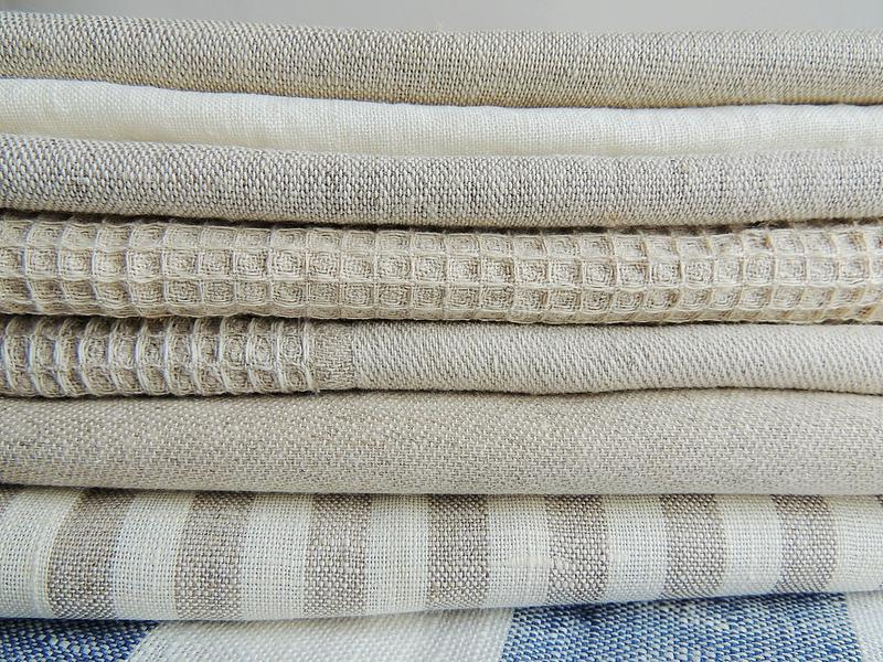 Stapel von Leinenservietten der handgemachten Waffel baumwoll, Tücher auf weißem Leinenhintergrund lizenzfreie stockfotos