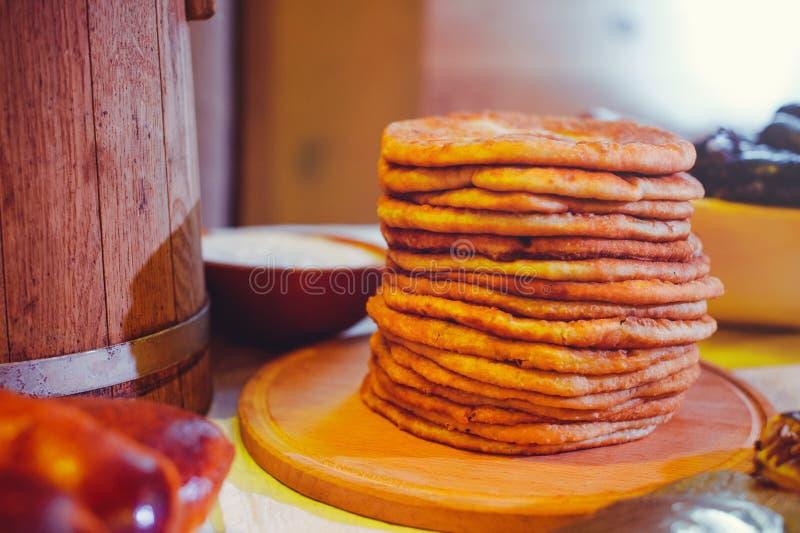 Stapel von Luftpfannkuchen auf einem hölzernen dinette, eine traditionelle Lebensmittelfamilie Pfannkuchen der goldenen Farbe stockfotos