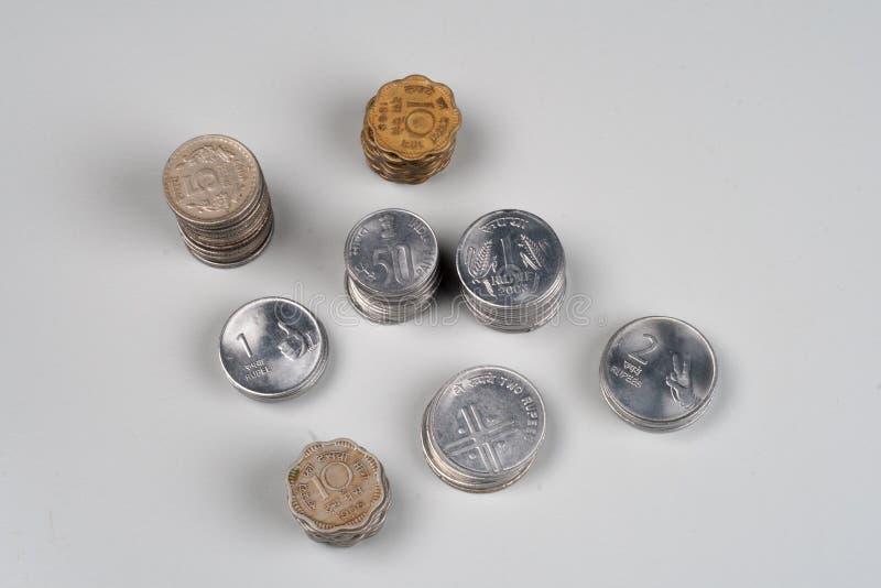 Stapel von Münzen der indischen Rupie stockbild
