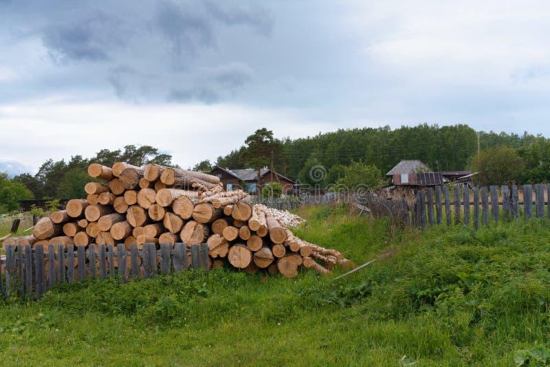Stapel von meldet das Dorfyard an einem Sommerabend in Russland an lizenzfreie stockfotos