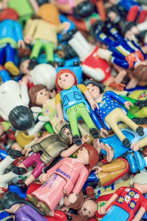 Stapel von multi farbigen kleinen Marionetten in einem Marktstall, Antwerpen, Belgien stockfotos