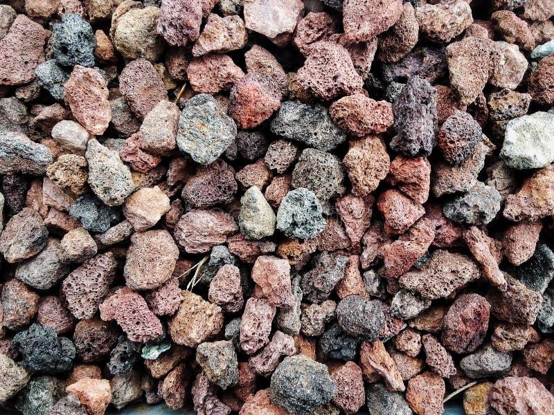 Stapel von natürlichen bräunlichen porösen Steinen des vulkanischen Felsens verwendete, um den Garten oder die Teile des Innen- o lizenzfreies stockfoto