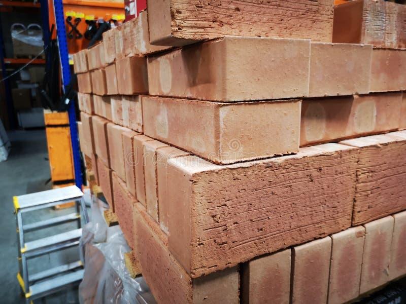Stapel von neuen Ziegelsteinen für Bau Gruppe, Material lizenzfreies stockbild