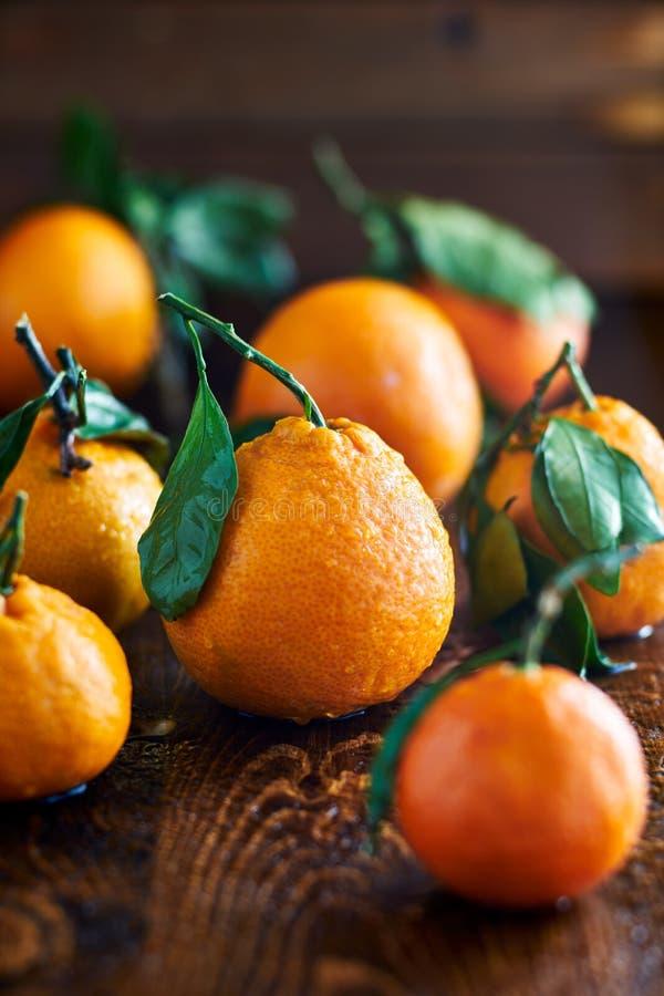 Stapel von Orangen auf Holztisch stockbilder