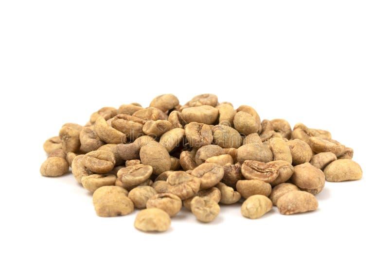 Stapel von rohen Rohkaffee-Bohnen auf einem weißen Hintergrund lizenzfreies stockfoto