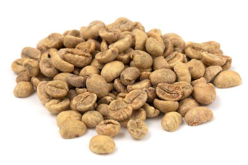 Stapel von rohen Rohkaffee-Bohnen auf einem weißen Hintergrund stockbilder