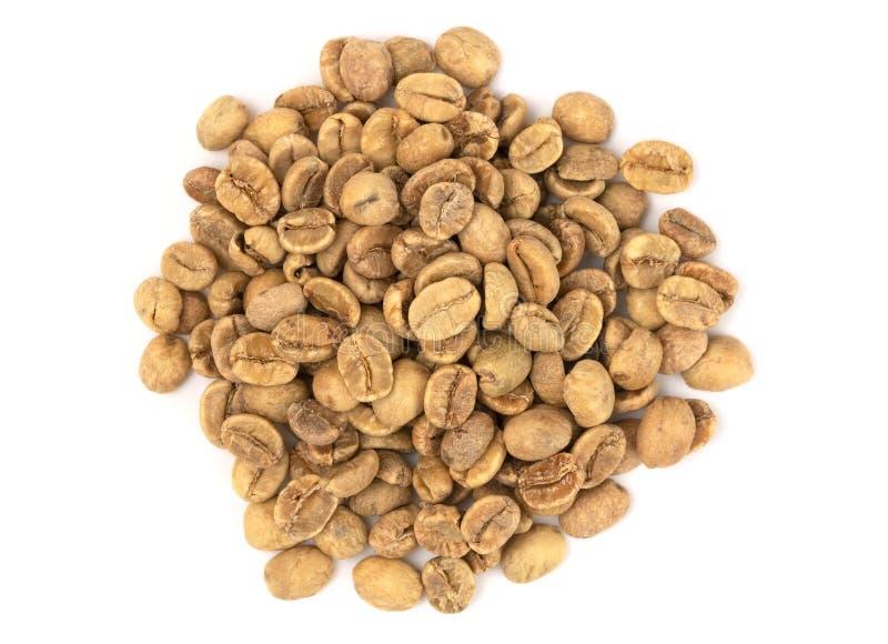 Stapel von rohen Rohkaffee-Bohnen auf einem weißen Hintergrund stockbild