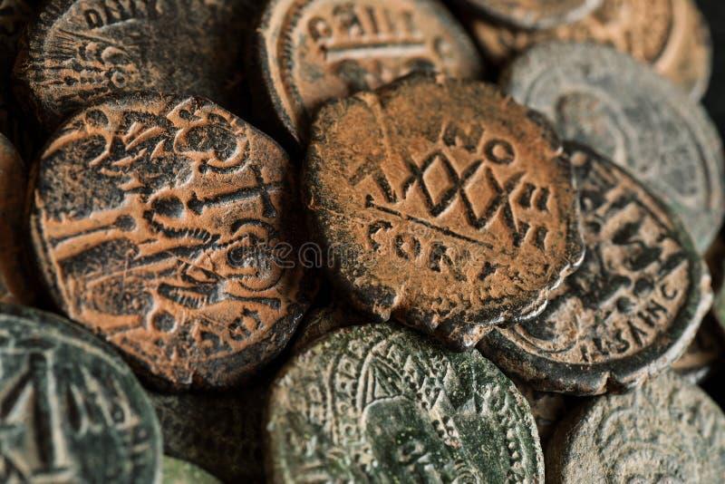 Stapel von schönen alten Kupfermünzen lizenzfreie stockfotografie