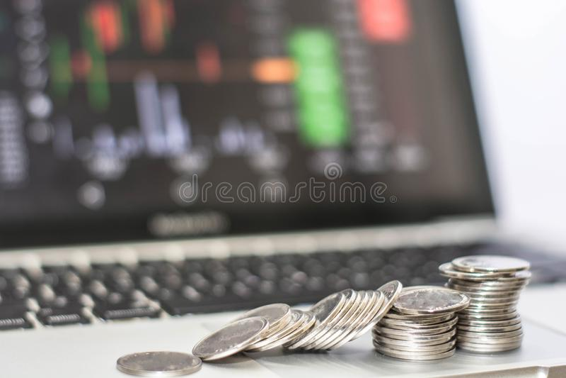 Stapel von Silbermünze colapse mit Monitor zeigt Handelsverkehr, minning Bitcoin stockfoto