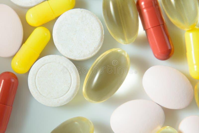 Stapel von sortierten Medizinpillen und von Kapseln, makro pharmazeutischer Hintergrund Beschneidungspfad eingeschlossen lizenzfreie stockfotos