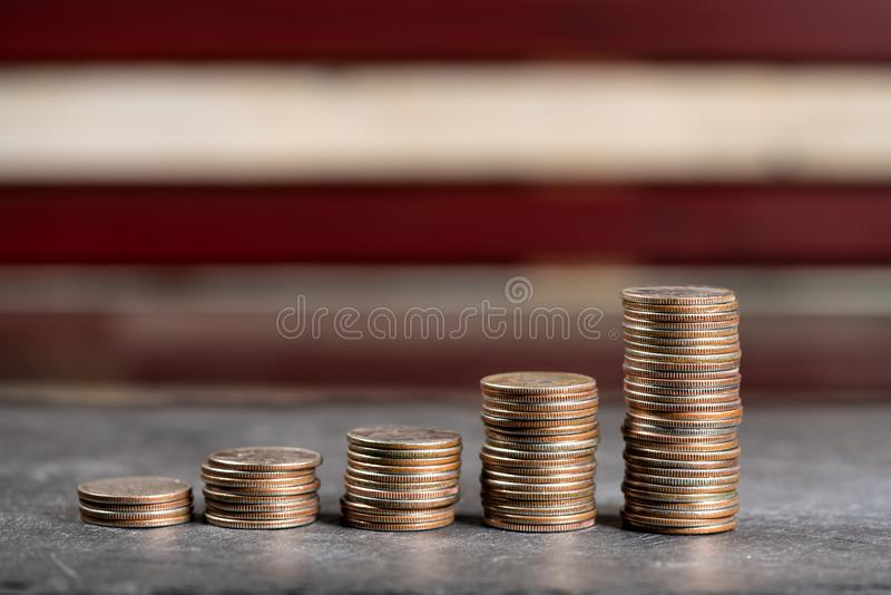 Stapel von US viertelt das Wachsen mit Zinseszins lizenzfreies stockbild