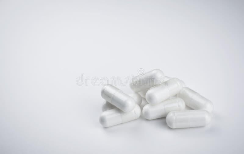 Stapel von weißen Pillen auf einem weißen Hintergrund lizenzfreie stockbilder