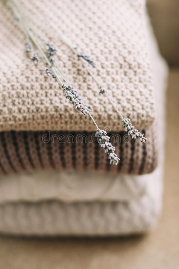 Stapel von woolen Plaids auf einem hellen Hintergrund Stapel gestrickte Kleidungsstrickjacken, Schals, Pullover lizenzfreies stockbild