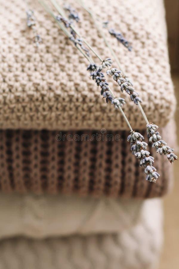Stapel von woolen Plaids auf einem hellen Hintergrund Stapel gestrickte Kleidungsstrickjacken, Schals, Pullover lizenzfreie stockbilder