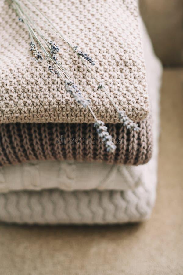 Stapel von woolen Plaids auf einem hellen Hintergrund Gewebe von den verschiedenen Mustern vereinbart in den Schichten Stapel ges stockfotografie