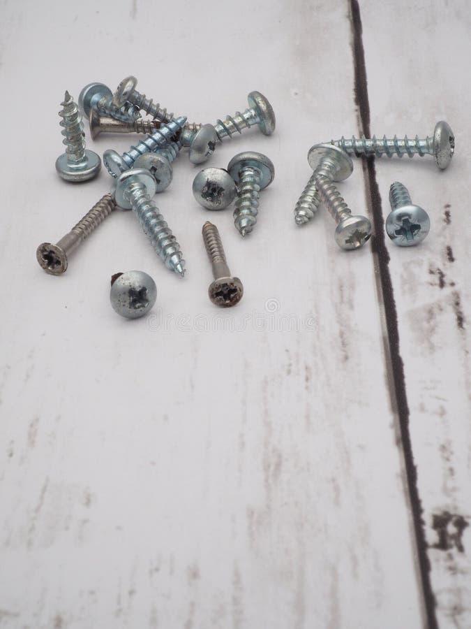 Stapel von zerstreuten Schrauben lizenzfreie stockfotografie