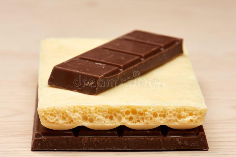 Stapel von zwei schwarzer und einer weißer Schokoladennahaufnahme stockfotografie
