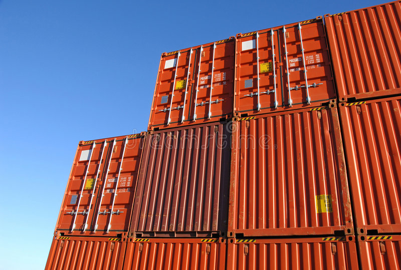 Stapel vrachtcontainers stock foto's
